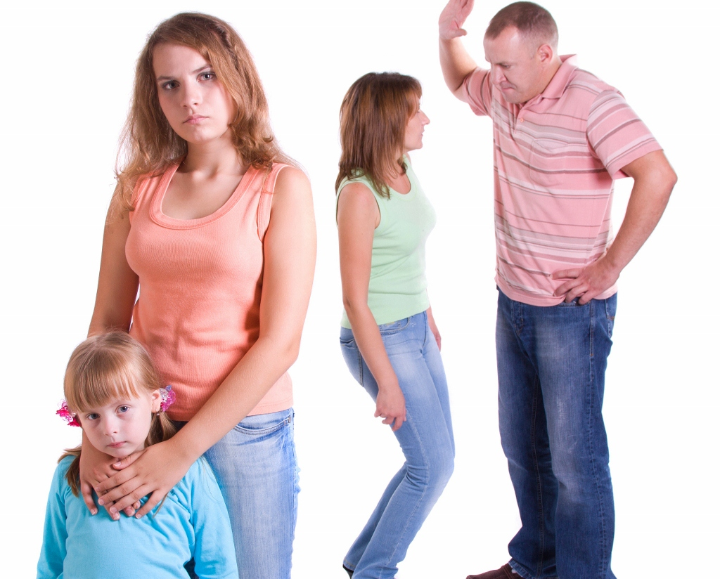 Смотреть мама и папа бьют дочку ремнем, Мама отшлепала дочку по юной попке 20 фотография