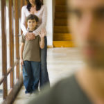 Мать-одиночка воспитывает ребенка отдельно от отца